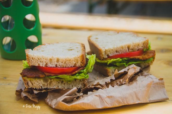 Marinált sült tempeh szendvics paradicsommal, avokádó majonézzel és salátával