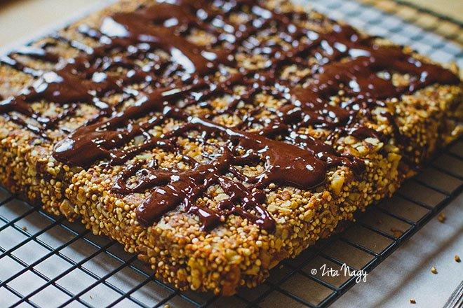 Banános diós puffasztott quinoás müzli szelet csokoládé öntettel (vegán)