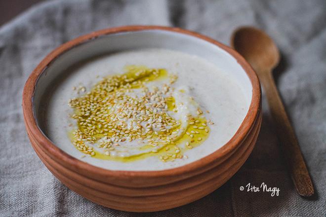Pirított szezámmagos joghurt szósz (vegán, gluténmentes)