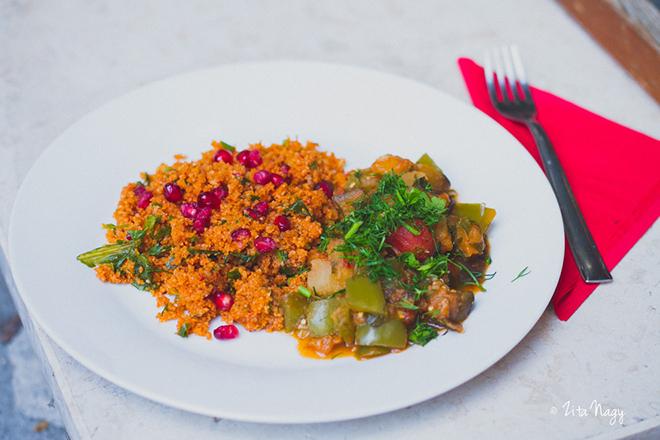 Török padlizsánragu gránátalmás fűszeres bulgursalátával (laktózmentes, vegán)