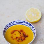 Vöröslencse krémleves fűszeres olajjal (laktózmentes, gluténmentes, vegán)