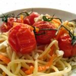 Spagetti mézes sült koktélparadicsommal, répával és fokhagymával