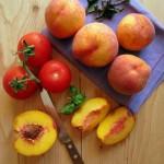 Őszibarack paradicsom bazsalikom saláta