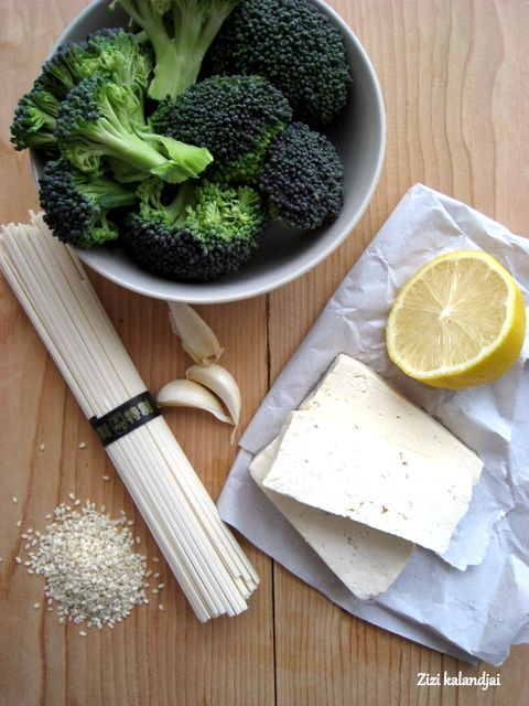 Soba pirított brokkolival, tofuval és szezámmaggal (laktózmentes, vegán)