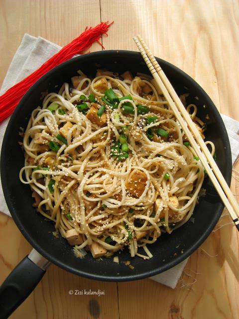 Csípős udon tészta káposztával és shiitake-val