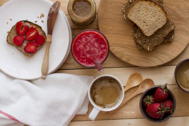 Szuper reggeli: Mandulavajas pirítós mandulatejes kávéval