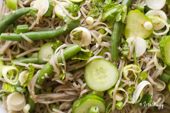 Zöldbabos soba tészta saláta thai öntettel