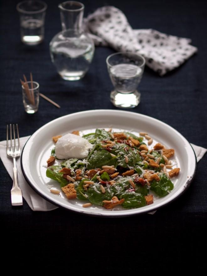 Spenót saláta buggyantott tojással, kenyérchips-szel – Vendég bejegyzés Flat-Cat-től