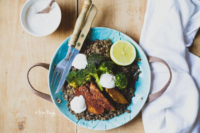 Vegán pirított tempeh, brokkoli és lencse saláta