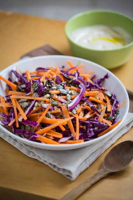 Lilakáposzta saláta pirított magokkal és tahinis joghurt öntettel (vegán) + Egy kis őszi napsütötte Toszkána