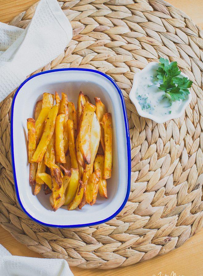 Ropogós sültkrumpli joghurtos zöldfűszeres mártással (laktózmentes, gluténmentes, vegán)