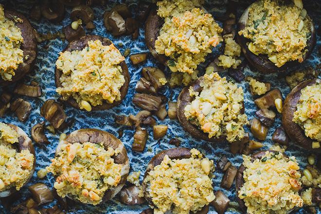 Zöldfűszeres tahinis quinoával töltött sült gomba (laktózmentes, gluténmentes, vegán)