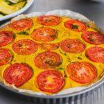 Paradicsomos-karamellizált hagymás-kapros quiche (laktózmentes, vegán)